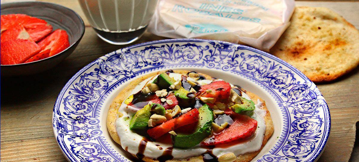 Desayuno De Torta De Aceite Inés Rosales Sin Azúcar Con Fresas Y Chocolate Inés Rosales Comida étnica Fresas Con Chocolate Tortas