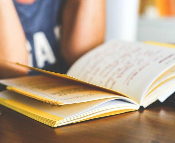 El inglés es un idioma muy divertido de aprender y, al tener más de 750.000 palabras y una ortografía que puede despistar al estudiante más cualificado, puede parecer imposible aprender inglés de forma rápida.