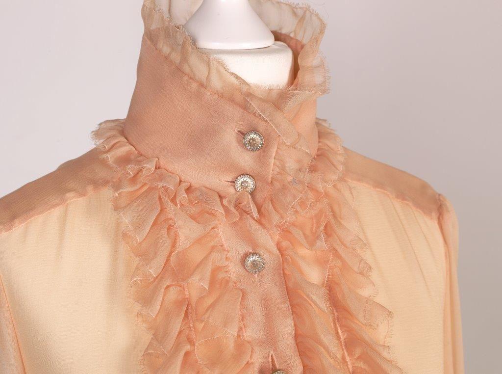 Chanel Auktion Lot 28: Chanel Langarmbluse mit Rückenbesatz aus der Autumn Collection 2006, aprikotfarbene Seide, französische Größe 38 (entspricht der deutschen Größe 36) Mehr Details auf der Website