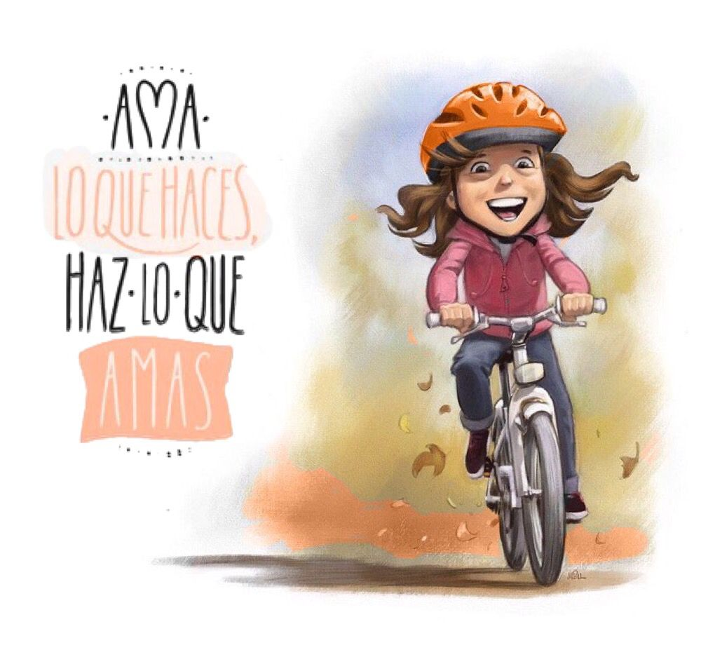 Chica andando en bicicleta con su casco