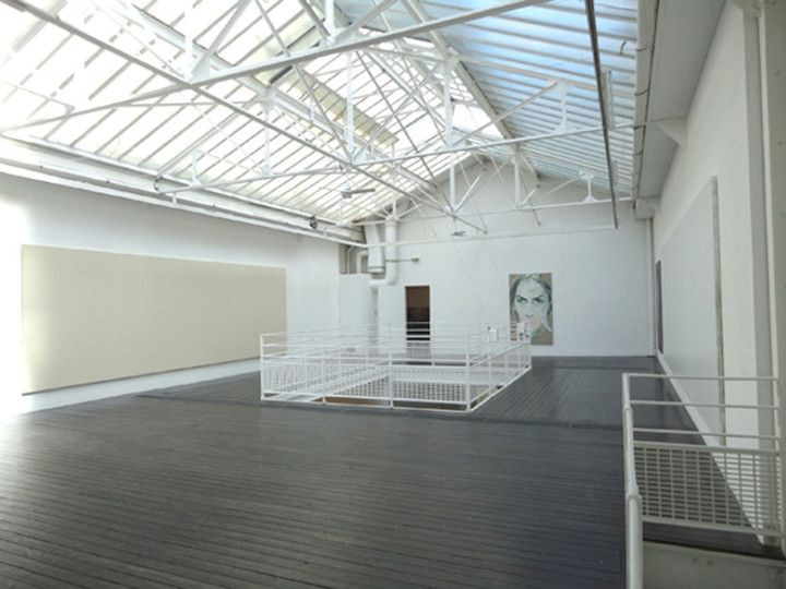 Dans un bâtiment industriel sur deux niveaux dont la toiture de ...