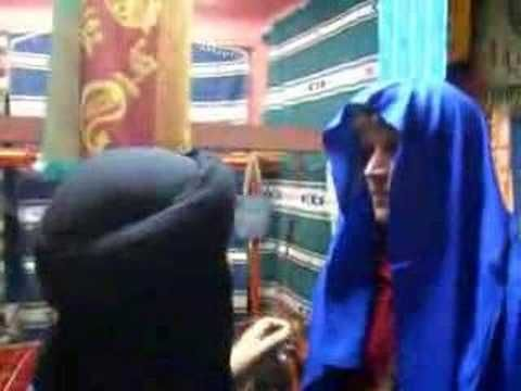 "Several methods for binding your Moroccan  ""shesh,"" the traditional Touareg turban.  Filmed in Marrakech and Ourzazate, Morocco, November 2007"