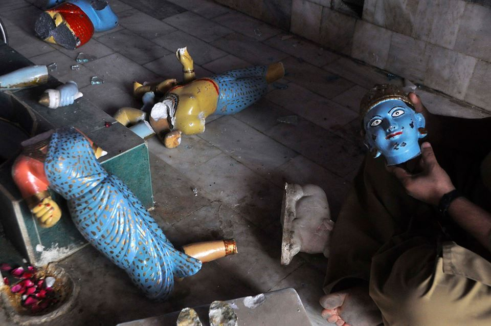 """""""The mob arrived at around midnight, brandishing clubs. They smashed statues, looted gold artefacts and then set the Hindu temple in Pakistan ablaze.""""  Attacks against Hindus, other minorities on the rise in Pakistan http://read.ht/eYX"""