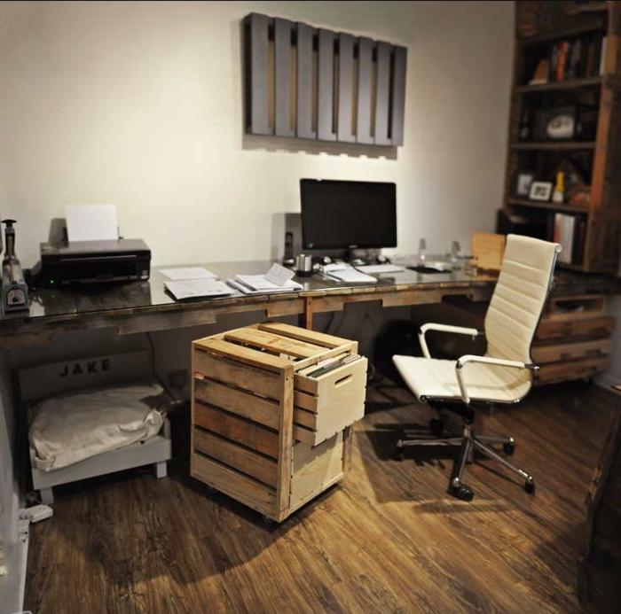 So Können Sie Z.B. Aus Paletten Einen Schreibtisch Selber Bauen, Welcher  Mitten Im Raum Steht. Diese Herangehensweise Macht Die Benutzung Des  Schreibtisches
