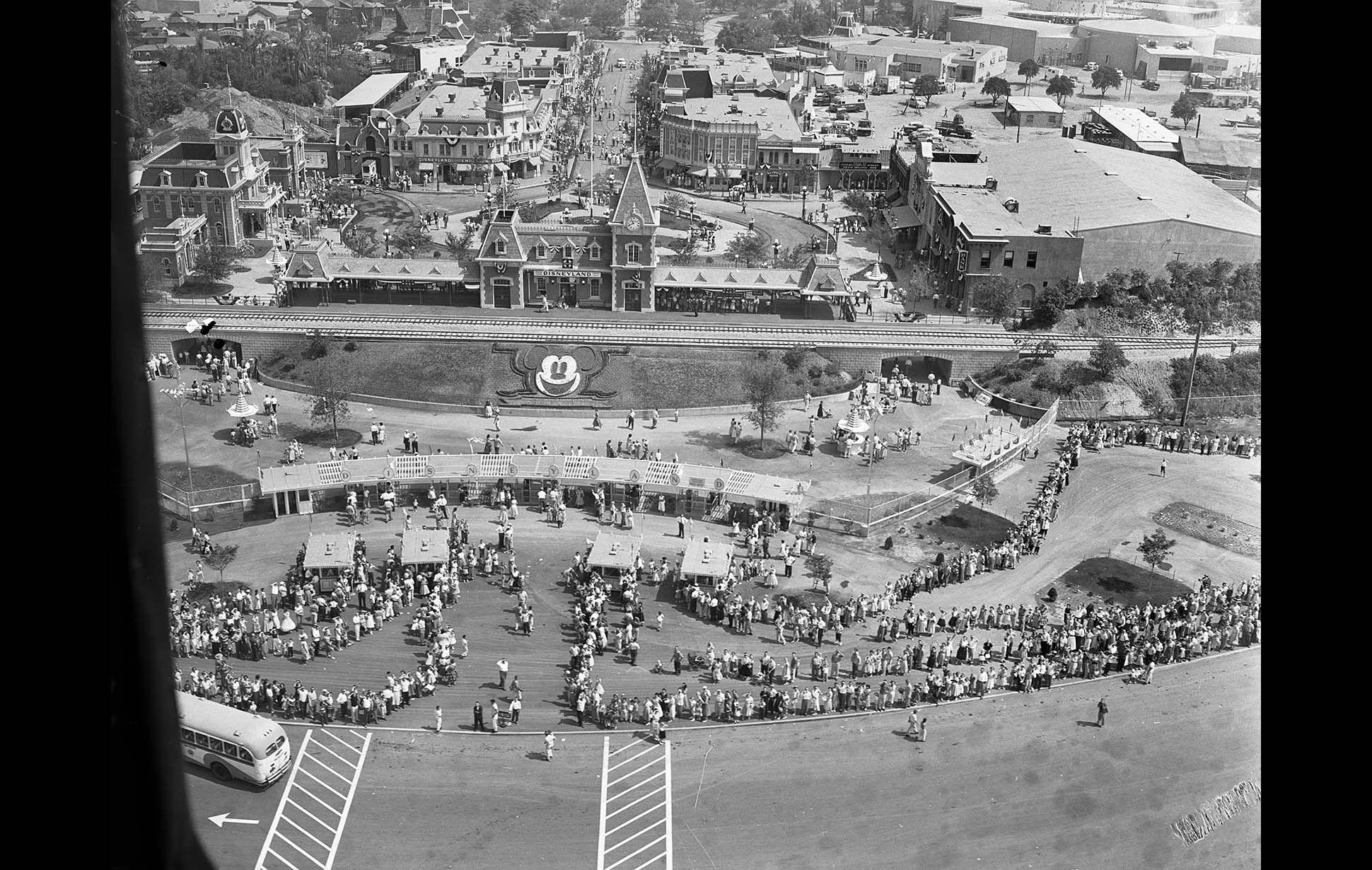 Disneyland S 1955 Opening Vintage Disneyland Disneyland Opening Day Disneyland Anaheim