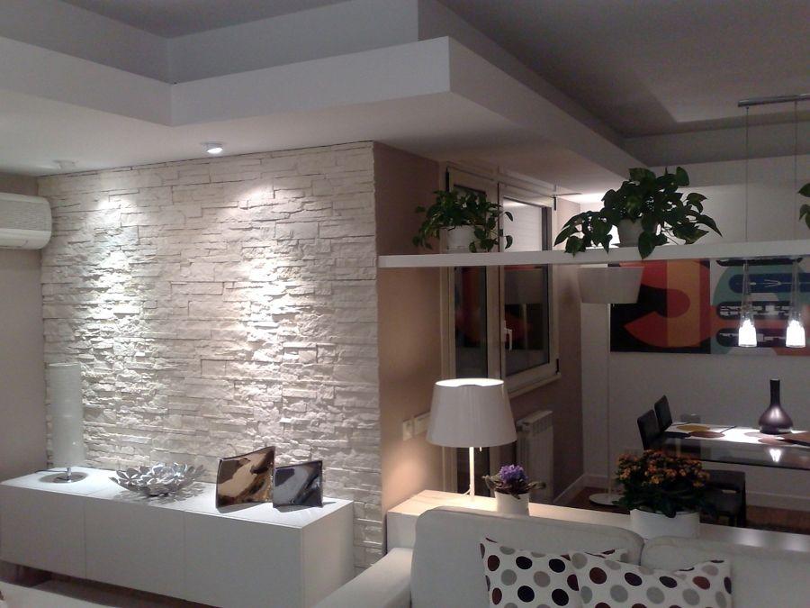 Parete in pietra e veletta d 39 arredo in cartongesso nel for Salotto casa moderna