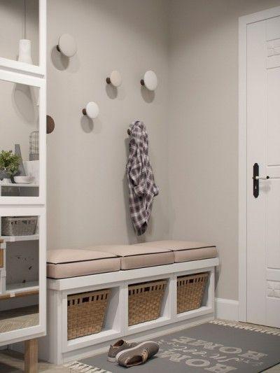 Touches de bois dans un intérieur blanc et gris Bancs, Entrée et - entree de maison avec escalier