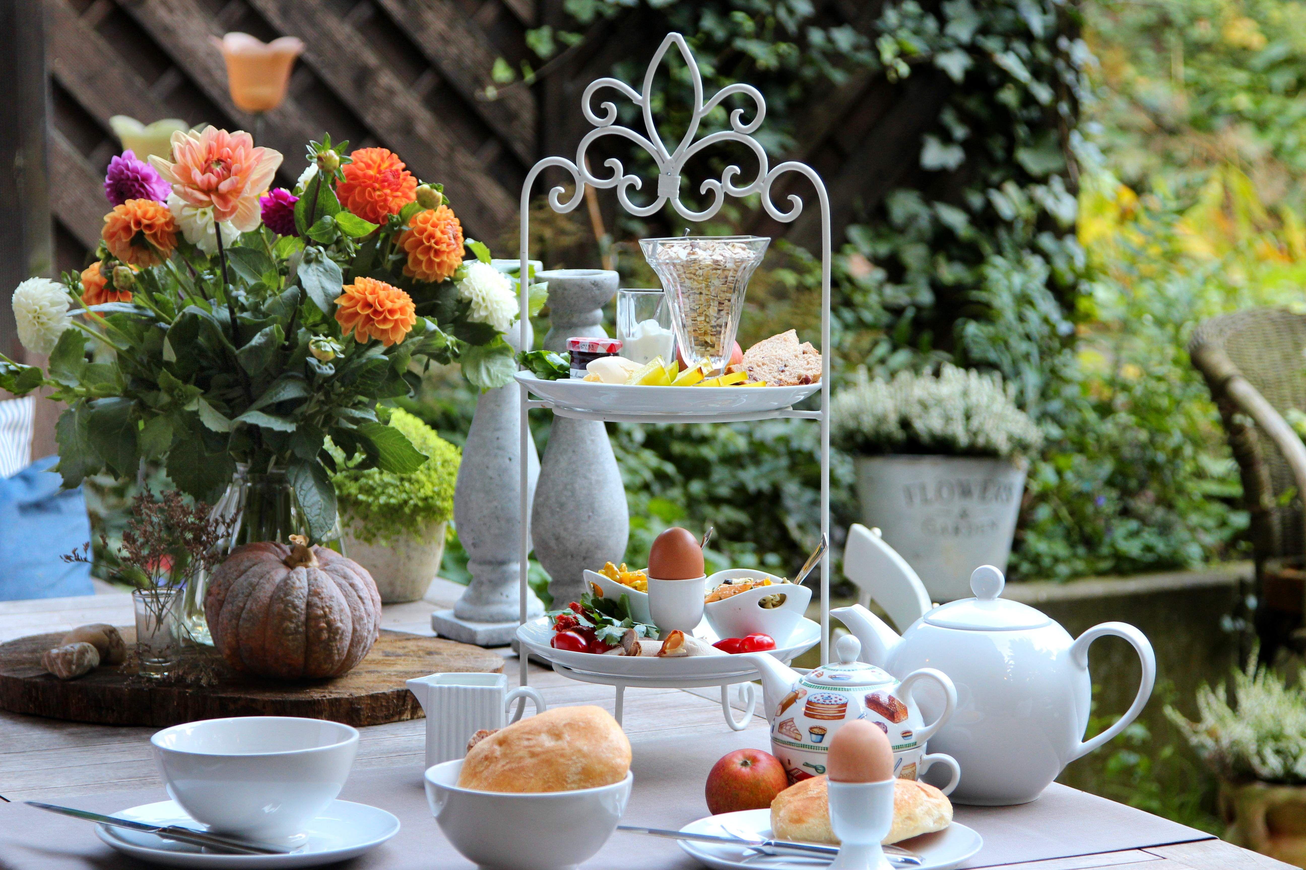 gedeckter tisch im garten mit etagere frhstck im herbst tischlufer von sander - Wie Man Einen Kaffeetisch Fr Den Herbst Schmckt
