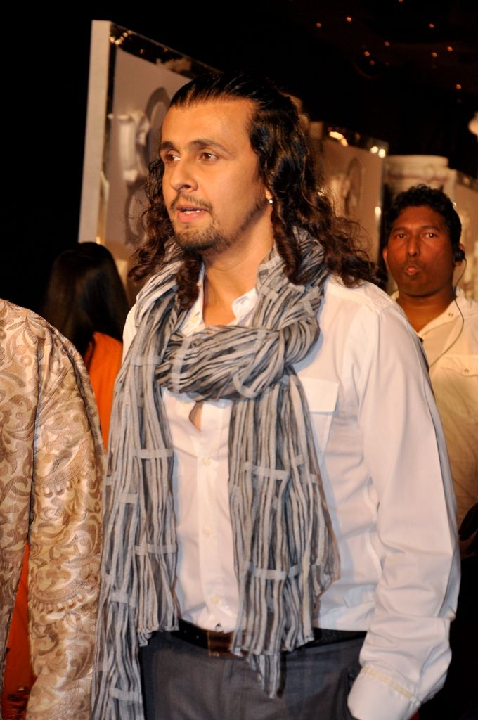 Sonu Nigam Walks The Red Carpet At The Zee Rishtey Awards 2010 Sonu Nigam The Incredibles Fangirl