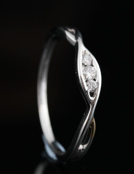 18kt goud diamantring total 0.07ct & 1.60gr  18kt diamantring 0.07ct18kt rhod.white goud gestempeld.Ring versierd met 3 briljant-cut diamant 0.07ctKleur: Top Wesselton-Wesselton (G-H).Duidelijkheid: VS2-SI1.Zeer goede glansTotaal gewicht: 1.60 gr.Ringmaat: 54.Object wordt verzonden uit in sieraden doos met Fedex track & trace vervoer.160-JAR 15613.  EUR 1.00  Meer informatie