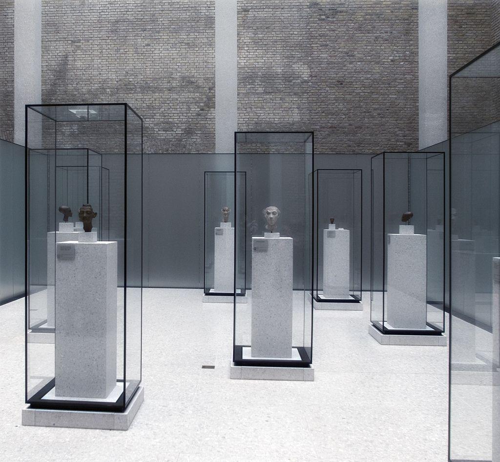 david chipperfield @ neues museum berlin 9   Vitrine, Präsentation ...