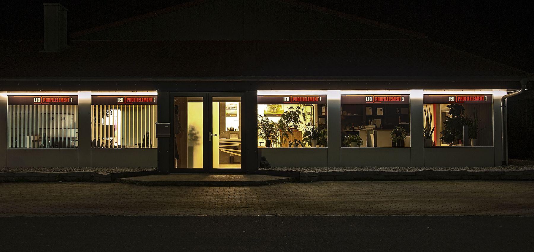 unser b ro mit indirekter beleuchtung au en our office. Black Bedroom Furniture Sets. Home Design Ideas