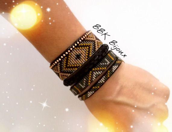 Association de bracelets (x3) en perles Miyuki délicas tissées à la main. Noir, moutarde, grège....