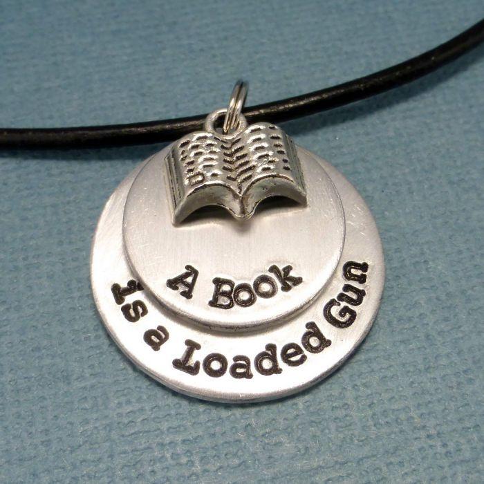 Un libro es un arma cargada