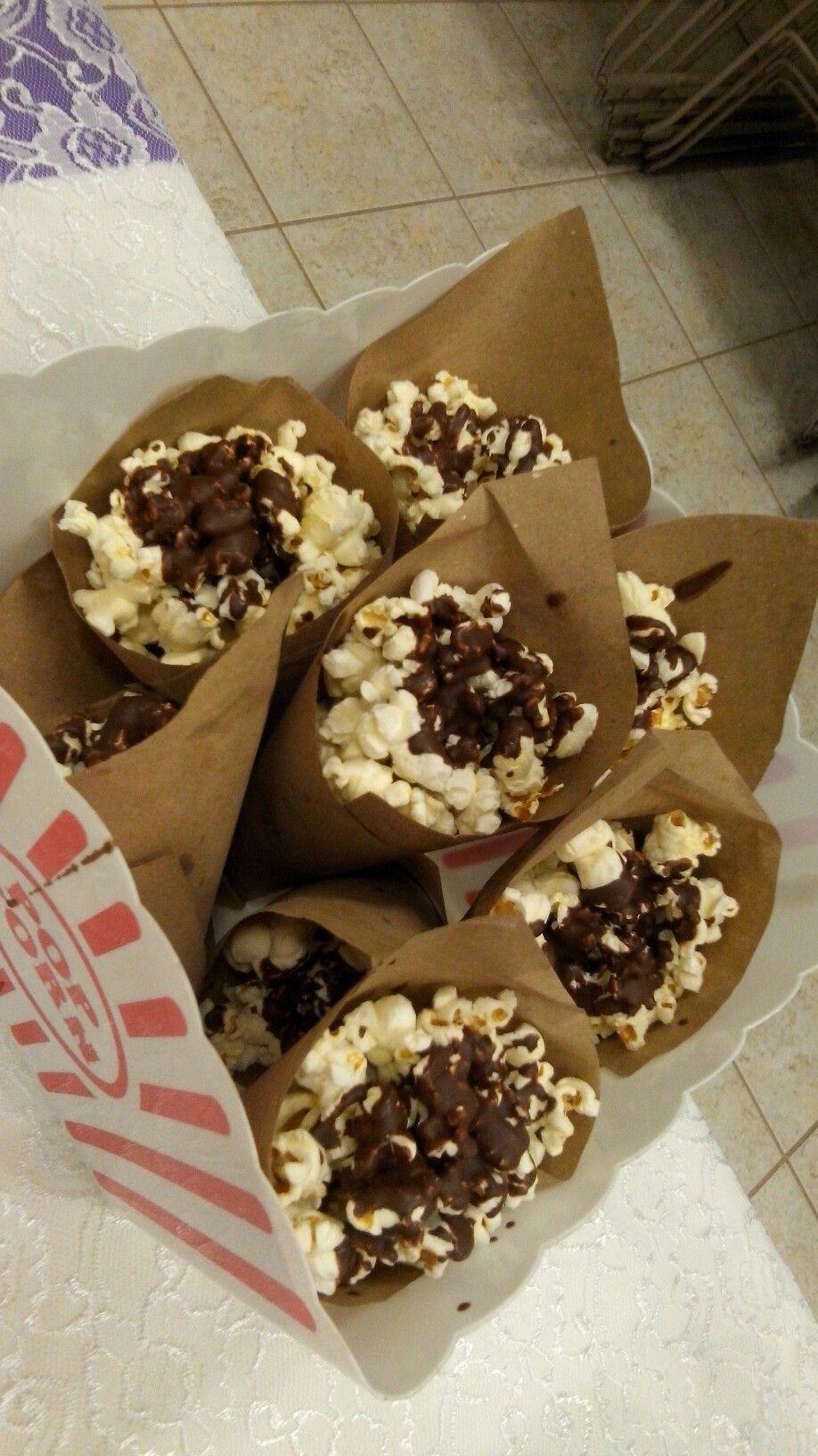 Palomitas de maíz (pops corn) rociadas con chocolate para candy ...