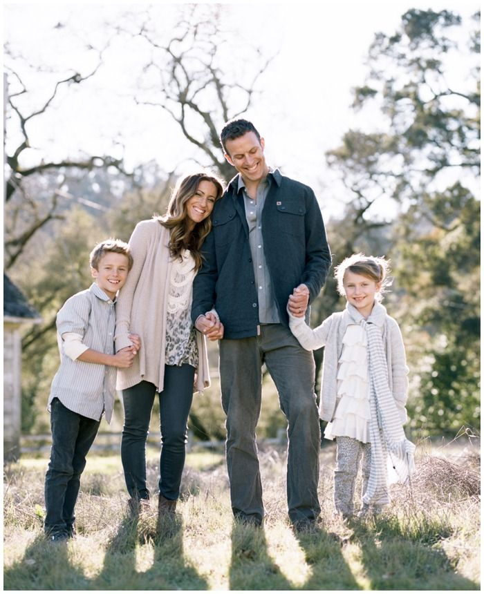 Tanja Lippert I Adore The Colors And The All Natural Family Portrait Family Picture Outfits Family Portrait Outfits Family Posing