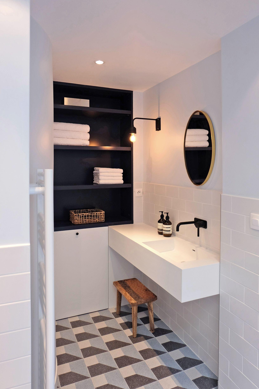 Sol graphique et carrelage blanc dans la salle de bains - Carrelage noir brillant salle de bain ...