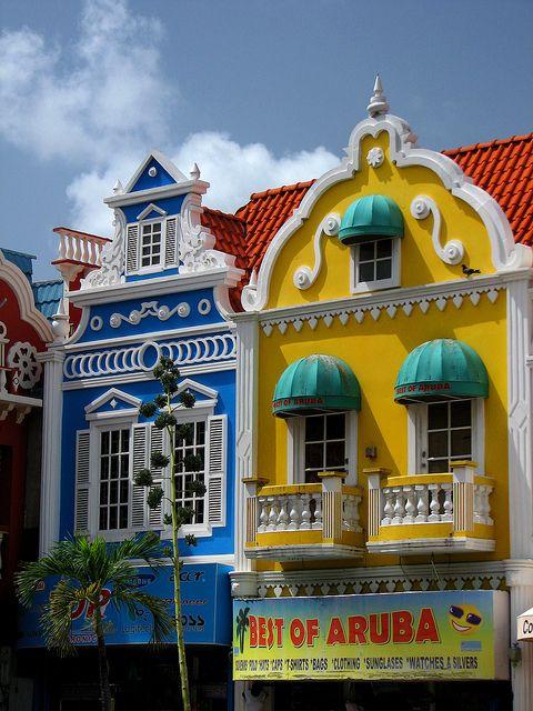 Vejam aqui estes dois belíssimos edifícios coloridos em Oranjestad, a capital de Aruba.