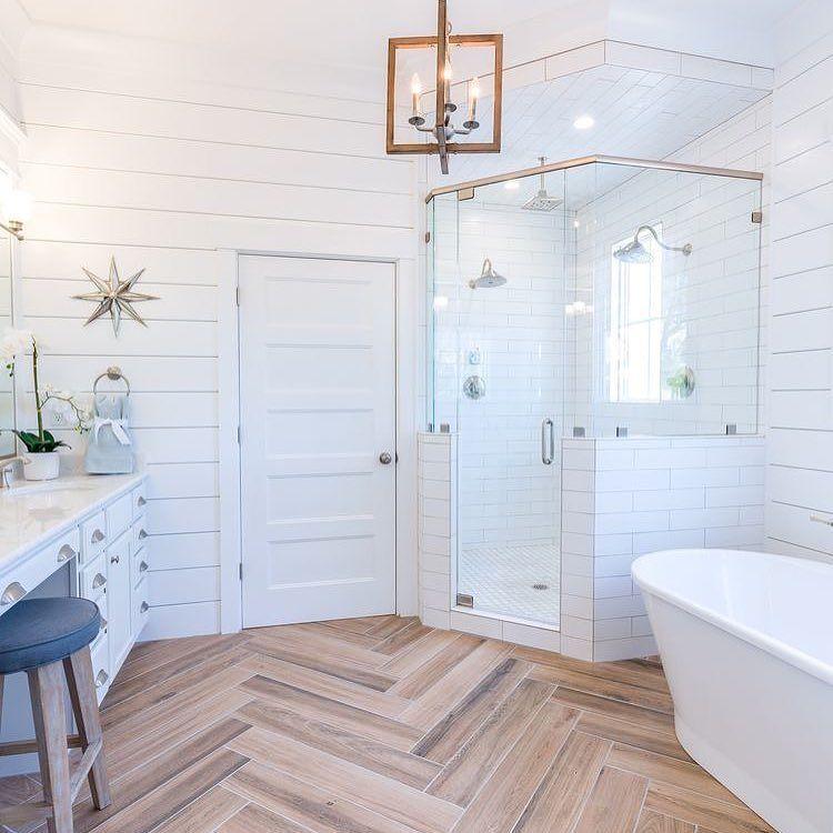 Azulejo tipo metro suelo de madera porcelánica y bañera exenta
