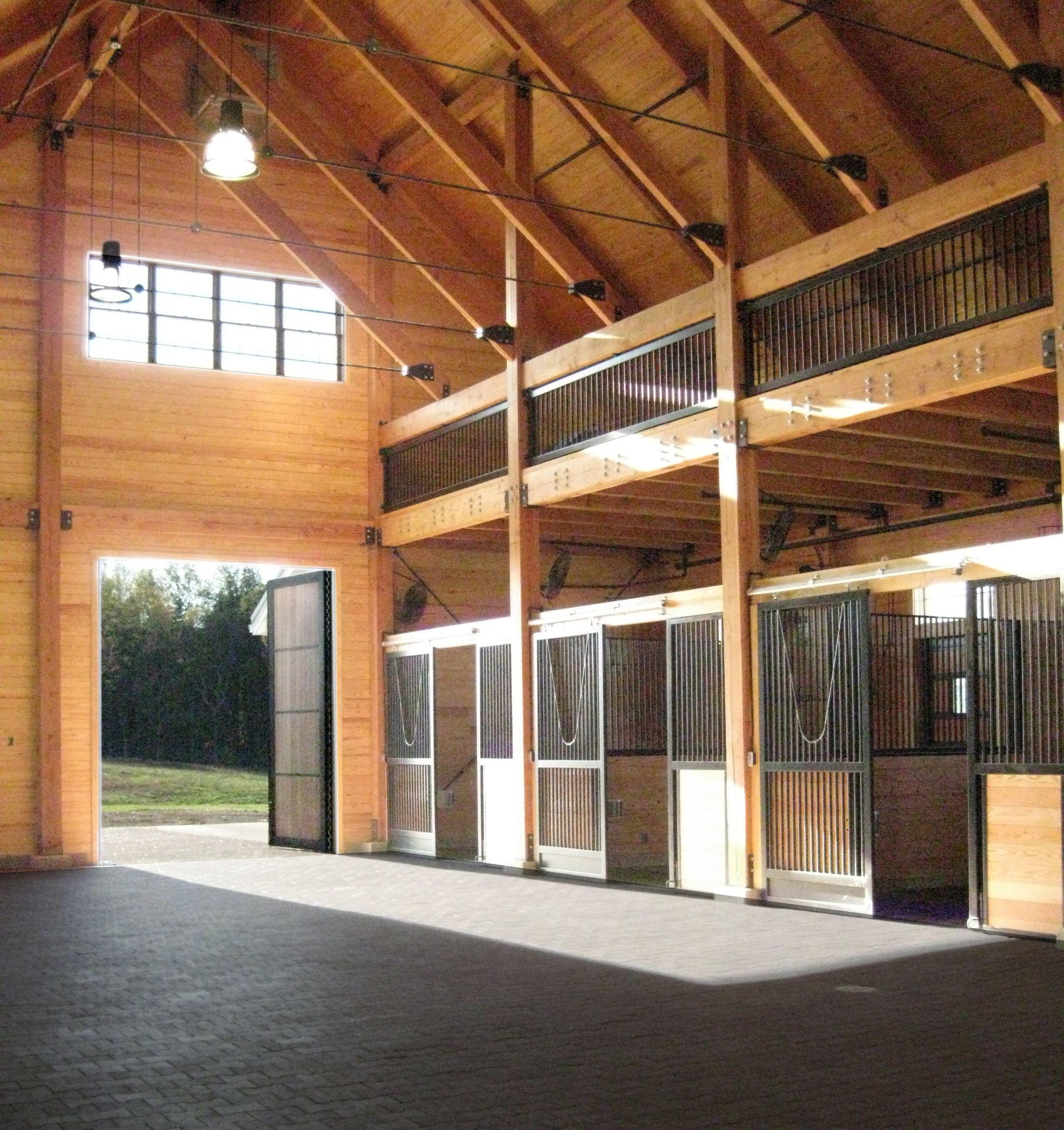 vue interieure d une ecurie en bois ecuries de luxe etables a chevaux