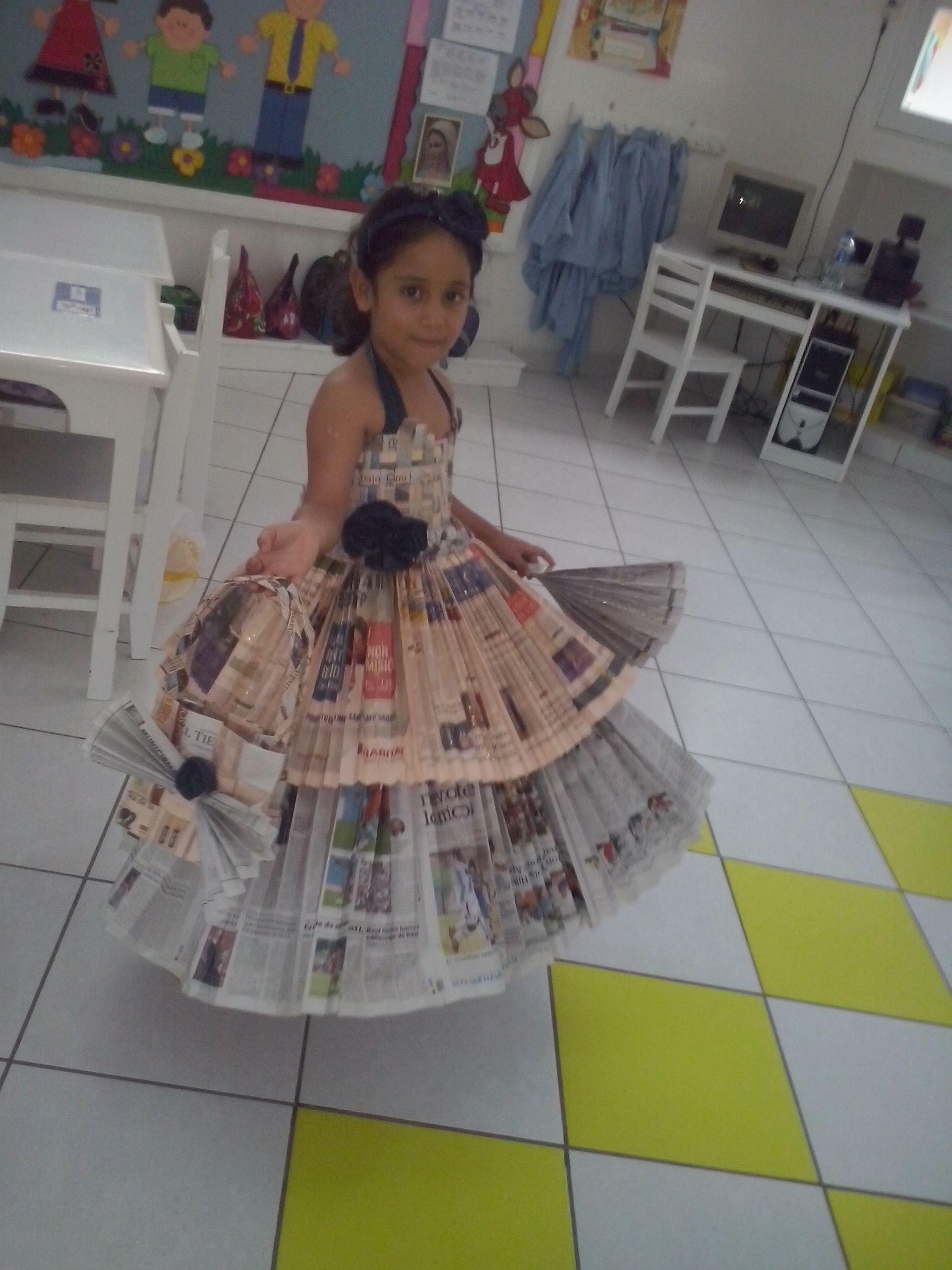f9487bccd8 Vestido de papel periodico