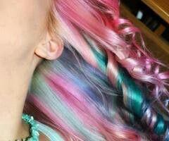 Moniväriset hiukset; värjätyt