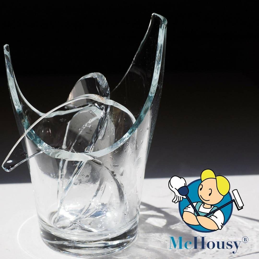 """Wo gearbeitet wird, da fallen Späne"""" Auch wenn die Profis von McHousy umsichtig und professionell agieren, kann es dennoch passieren, dass etwas zu Bruch geht.  Fehler sind menschlich und noch beschäftigen wir keine Putzroboter. ;) Wie schnell zerbricht auch mal ein Glas beim Spülen oder es fällt etwas runter? Jeder kennt das. Als Kunde von McHousy muss man sich jedoch keine Sorgen machen ..."""