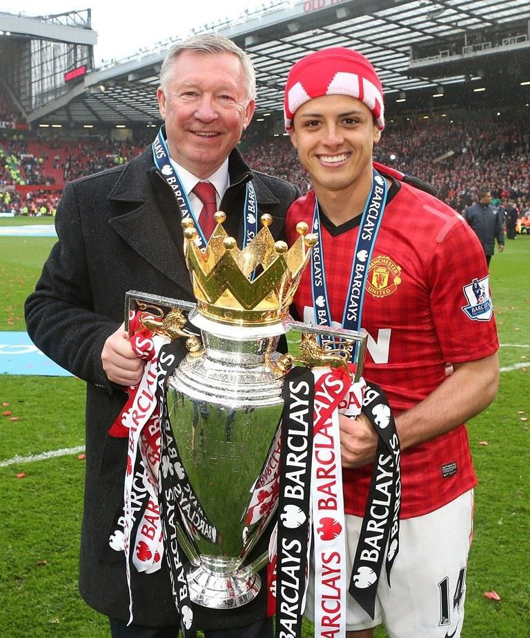 Champions Fergie Holding His 13th Premier League Trophy With Chicarito Manchester United Champions Sir Alex Ferguson Manchester United Football Club