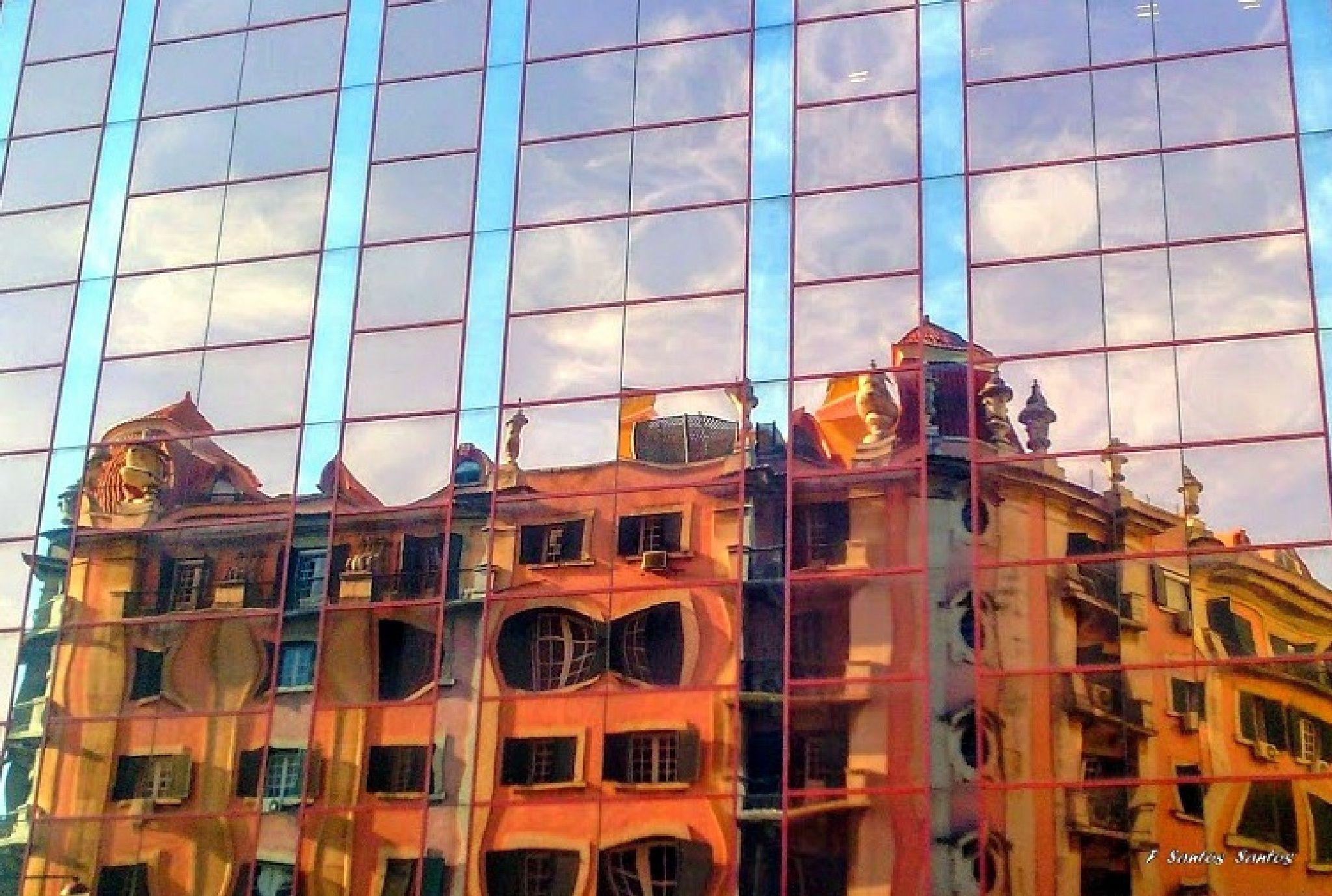 Reflexos em lisboa . . . com smartphone - Reflexo de edificio antigo de Lisboa num edificio moderno. Avenida Praia da Vitória.