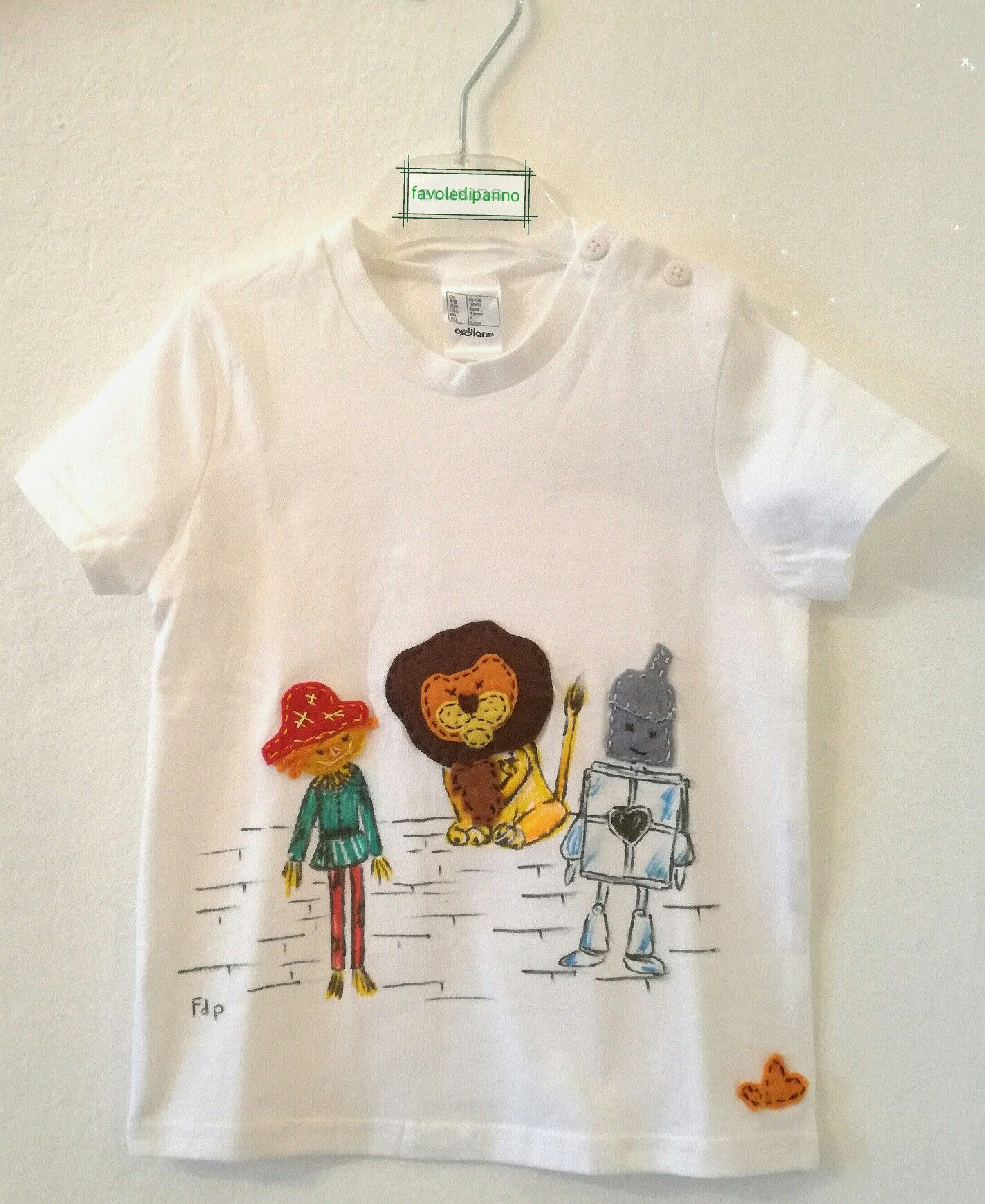 T-shirt il magico mondo di Oz dipinta a mano con inserti in pannolenci cuciti a mano