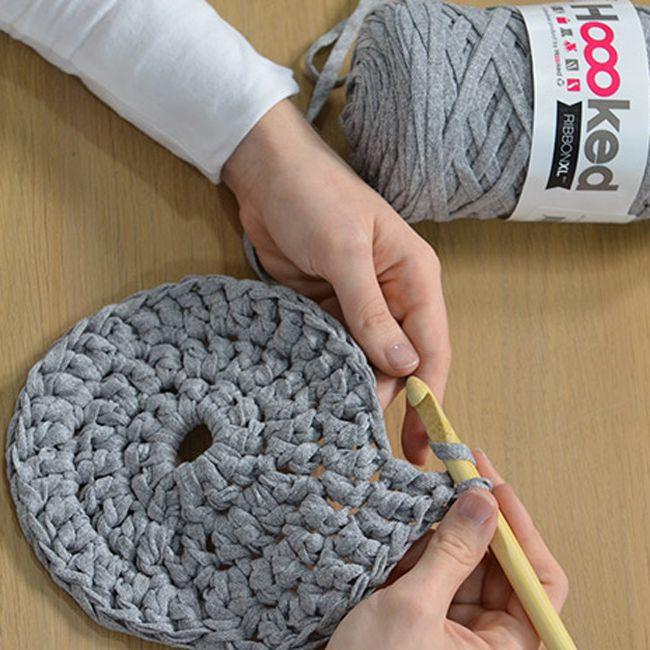 crocheter une housse de pouf couture pouf en crochet. Black Bedroom Furniture Sets. Home Design Ideas