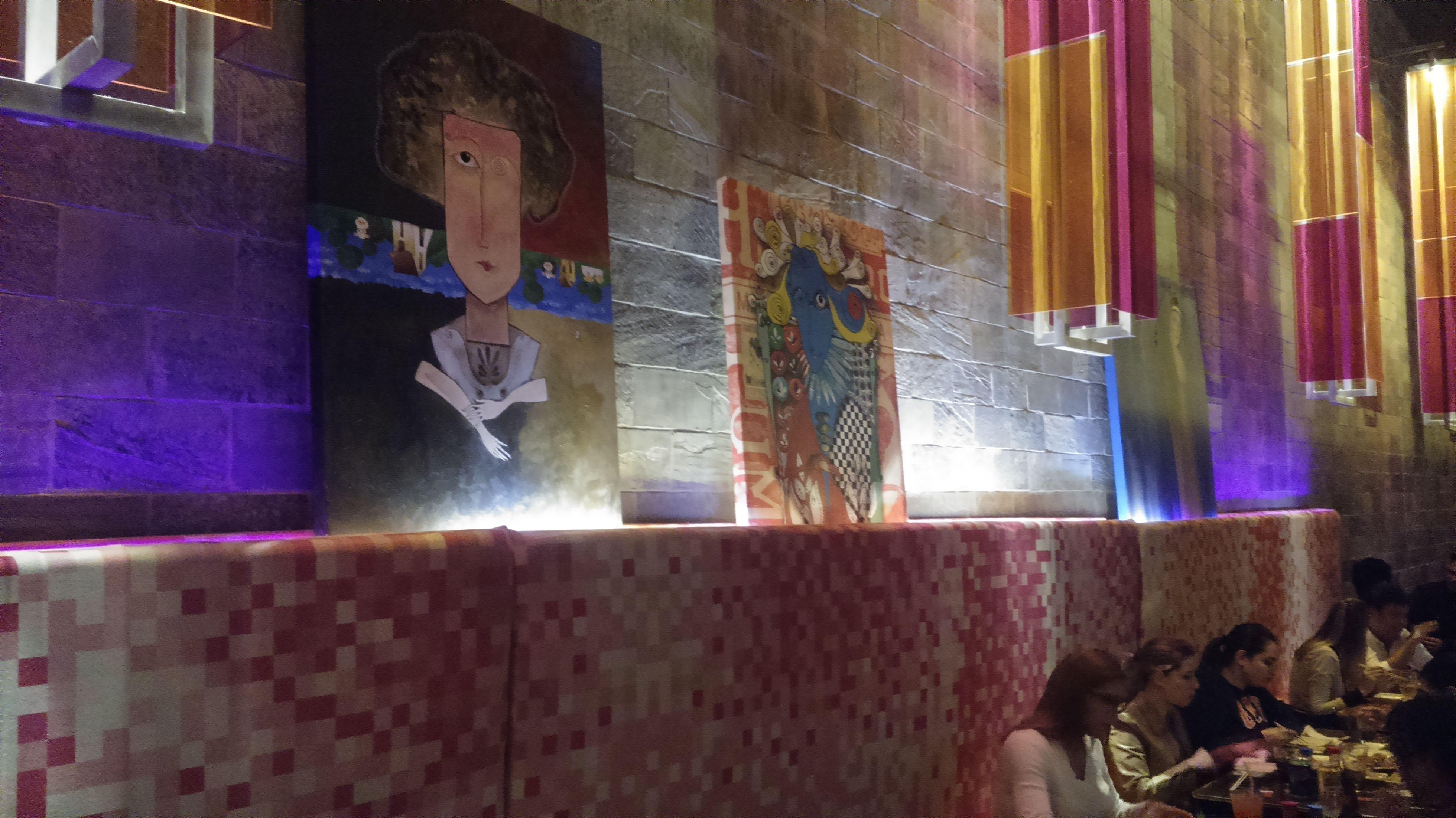Restaurante Yabany com Pinturas de Edson Verti