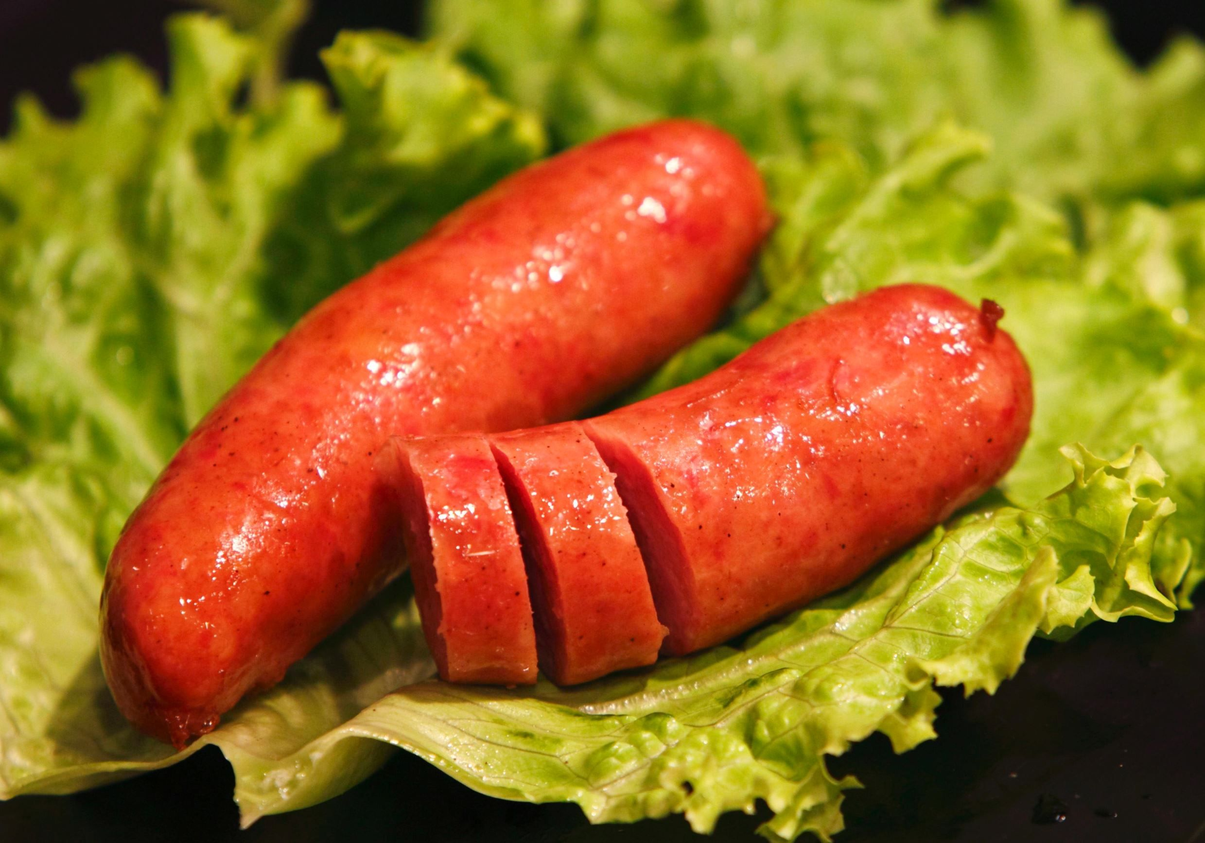 KRANJSKA KLOBASA (ESLOVÊNIA) Uma linguiça de porco feita de 20% de bacon e temperada com alho.