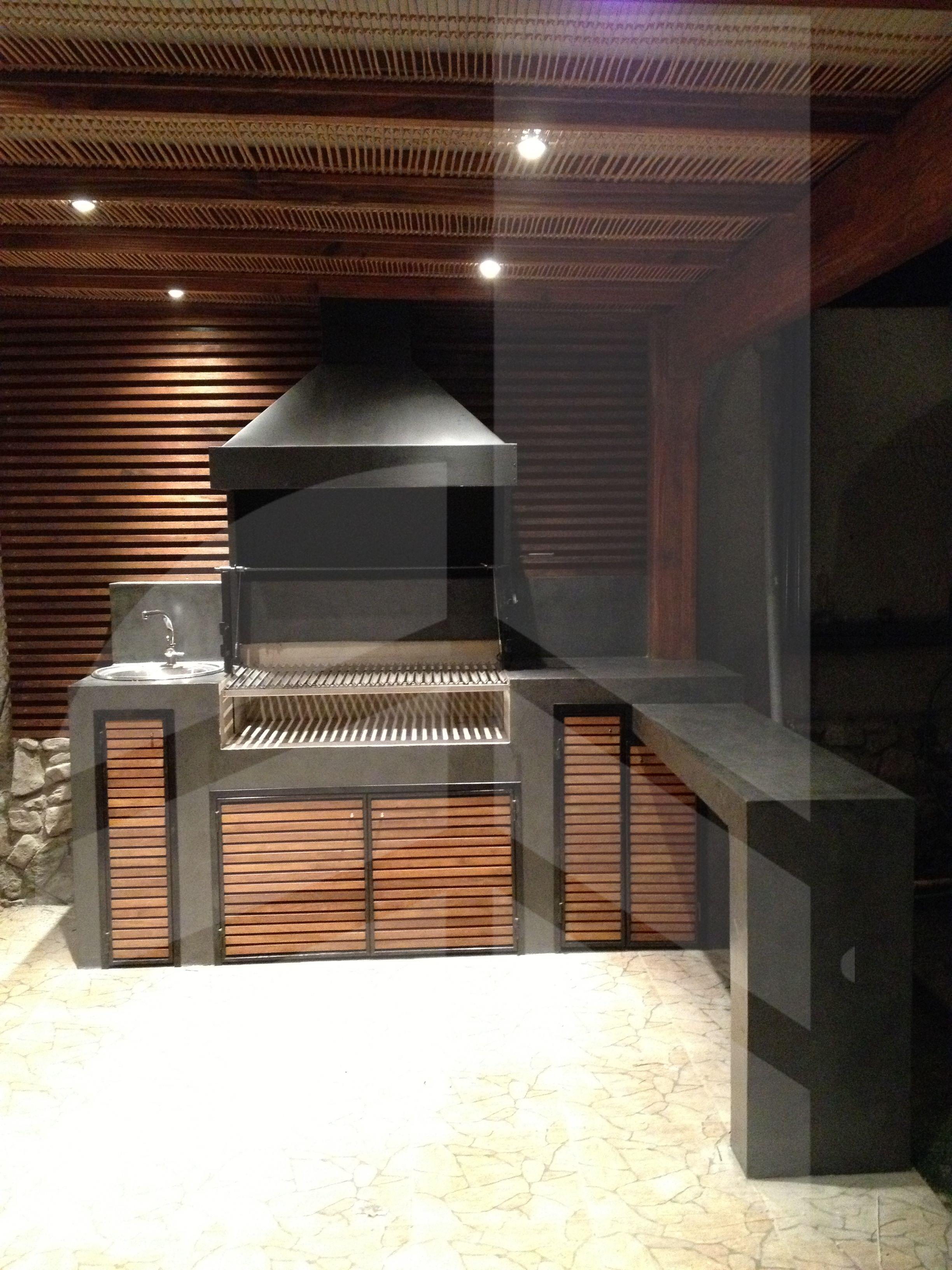 Quincho iluminado con techo tipo rat n churrasquera for Diseno de fuente de jardin al aire libre