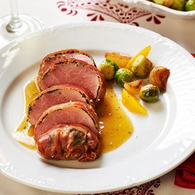 Varkenshaas gewikkeld in verse kruiden en rauwe ham. Hoofdgerecht, 4 personen