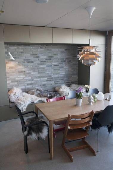 SPISEPLASS: Kjøkkenet og spiseplassen ligger på grunnplan, og er boligens luftigste og mest populære oppholdsrom.
