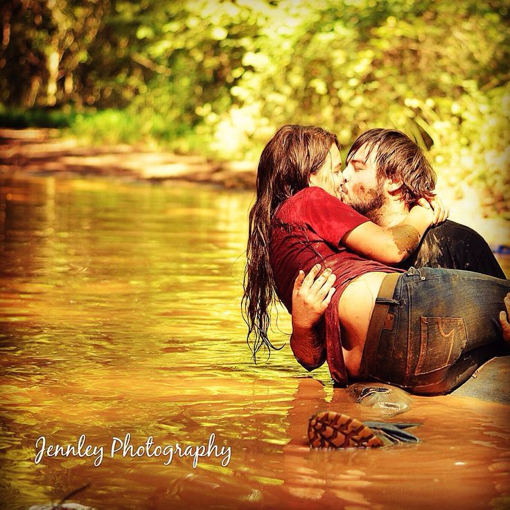 Mud love!! Country photo session in a mud puddle! Couple playing in mud. Take by ashley kirby #jennleyPhotography book a session 864 804 7911 Messy Di…
