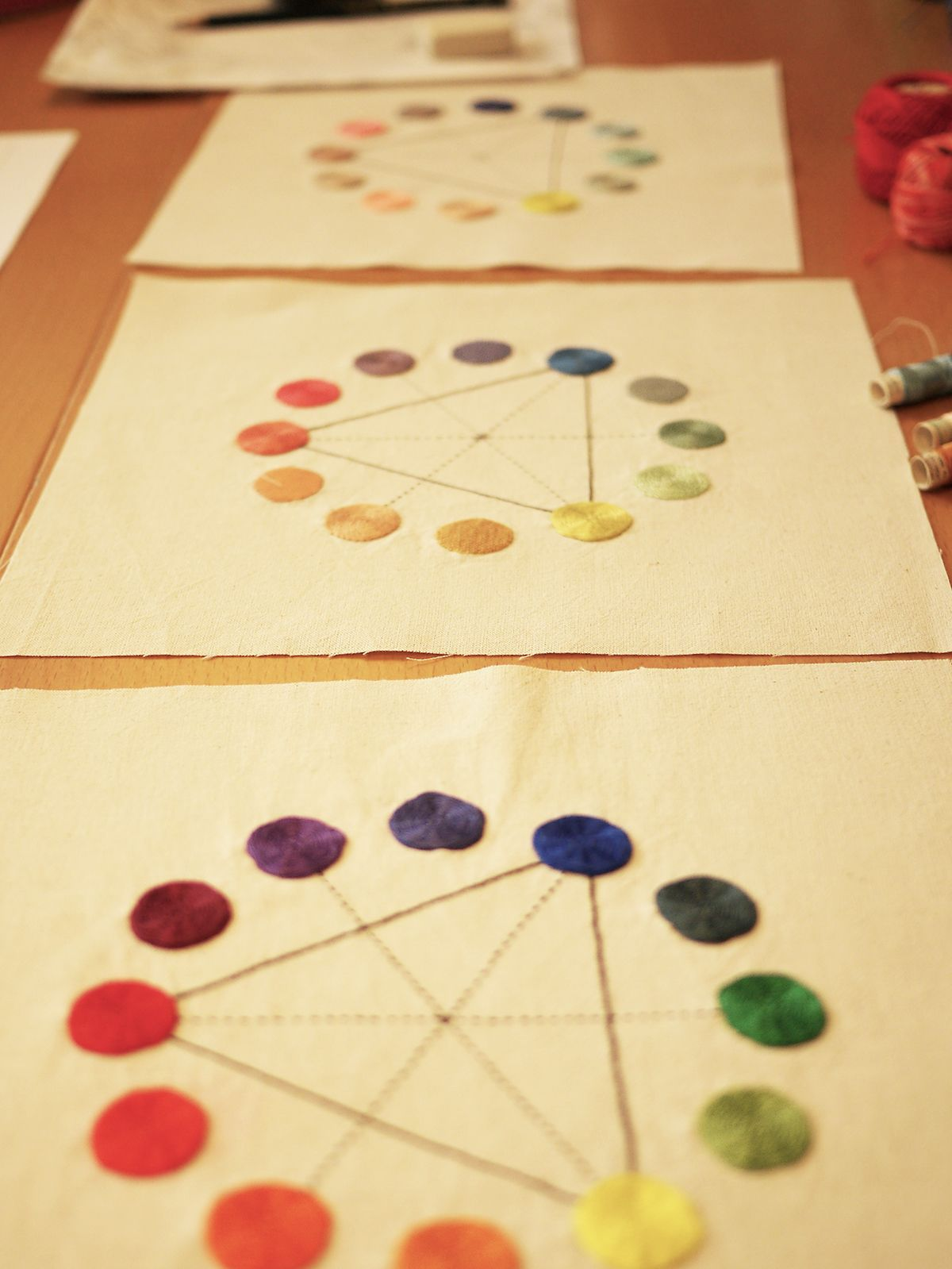 primer día: tres círculos cromáticos bordados que nos mostró Adriana, nuestro reto: #bordar uno igual con nuestros propios colores