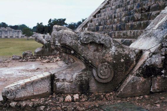 Chichén Itzá - estas famosas ruinas mayas tienen mucho que ofrecer para entender la visión de esa cultura; su alineación perfectamente astronómica y pirámides te sorprenderán