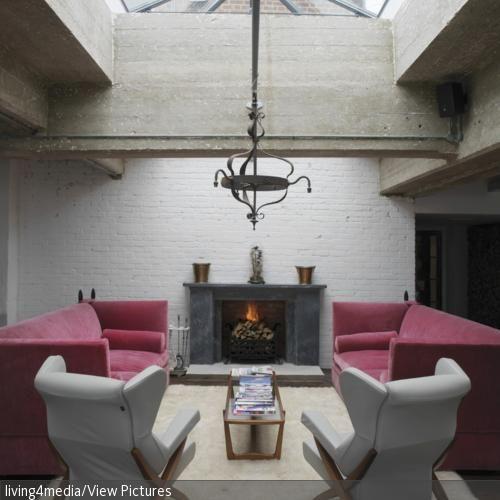 Umrundet von den pinkfarbenen Sofas, den weißen Sesseln und zu guter Letzt dem Kamin, ist dieser gemütliche Langflorteppich das Herzstück des Wohnzimmers.