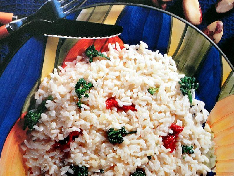 RISOTO FESTIVO. - 2 xícaras (chá) de arroz; - 2 cubos de caldo de legumes; - 1 xícara (chá) de brócolis separados em buquês e cozidos; - ½ xícara (chá) de tomates secos cortados em tiras; - ½ xícara (chá) de castanhas-do-pará em lascas; - 1 copo de queijo cremoso tipo requeijão (250g).    1