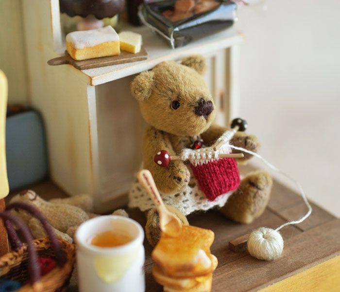 hphouseandbear   tamaño del oso: los cerca de 4.5cm de altura, altura de los cerca de 3.4cm sentado)  (tamaño de la muñeca de la casa: en la alta (más vertical) sobre 14.4cm × 12.5cm × lado aproximadamente 7,5 cm de profundidad)  y Bear