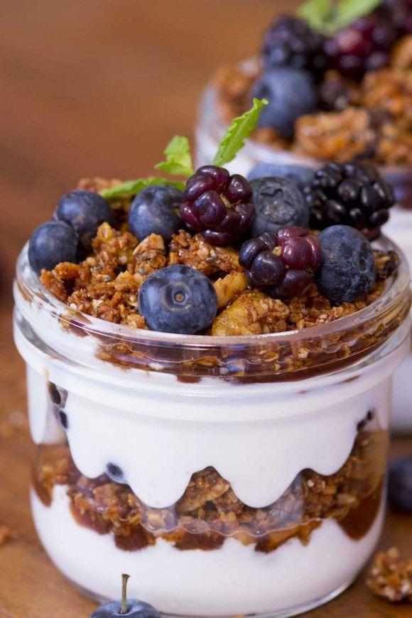 Verrine de granola e iogurte Modo de preparo: Intercale camadas de iogurte, geleia, granola e frutas vermelhas até chegar no topo do potinho.