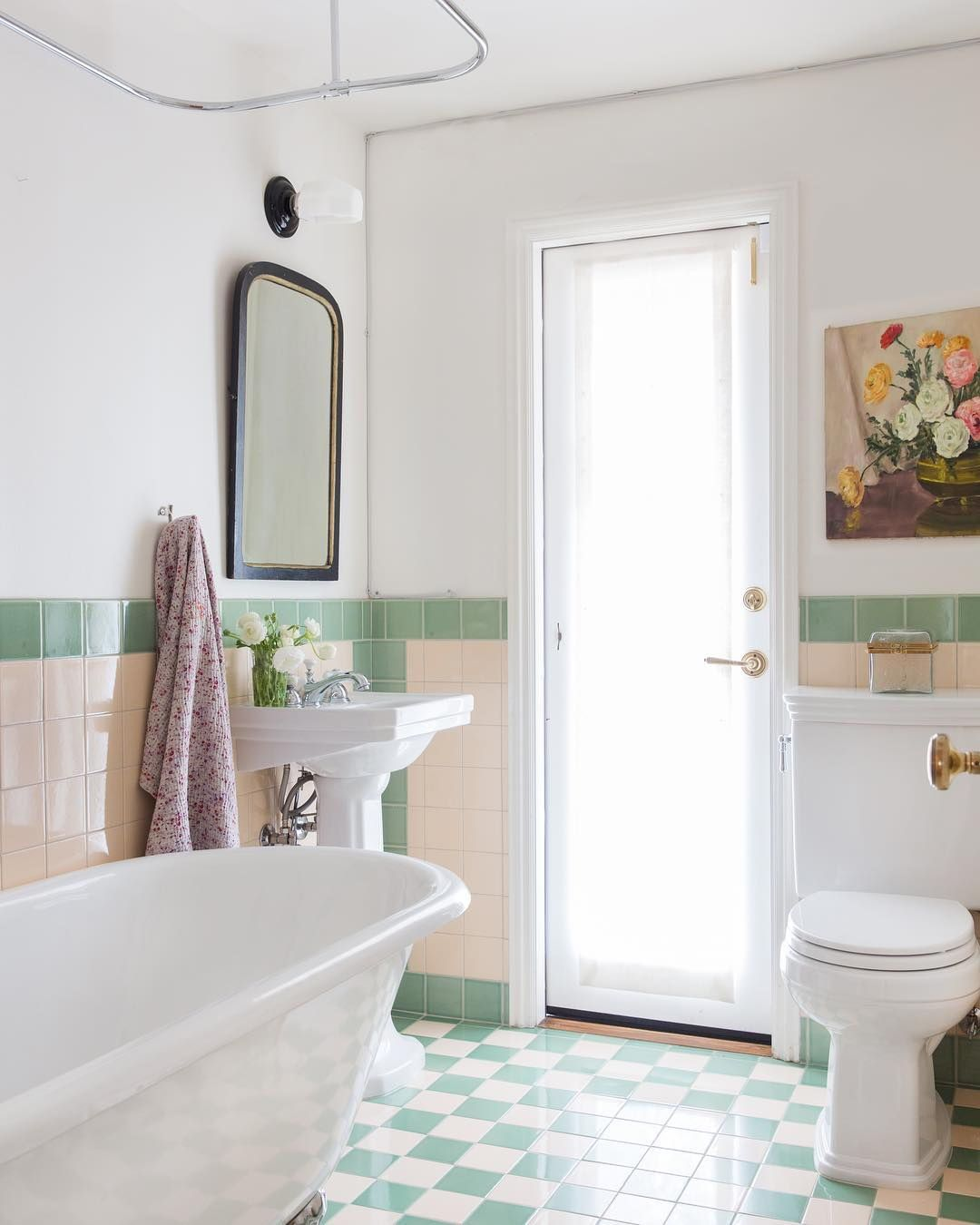 The Green And White Checkered Floors And Matching Tiled Walls Combined With A Pedestal Sink And Clawfoot Tub Hel White Bathroom Clawfoot Tub Vintage Bathroom