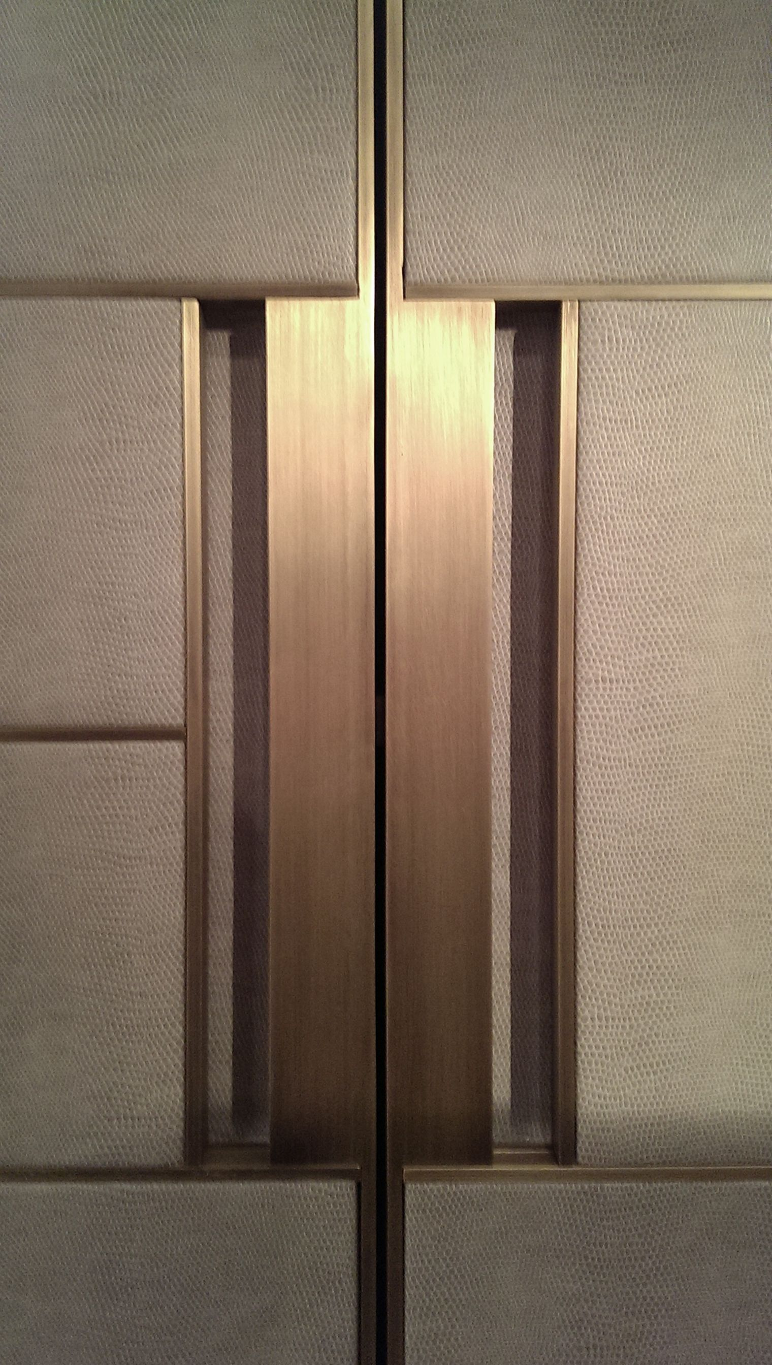 Puxador Dourado E Mdf Com Textura De Linho Detalhe