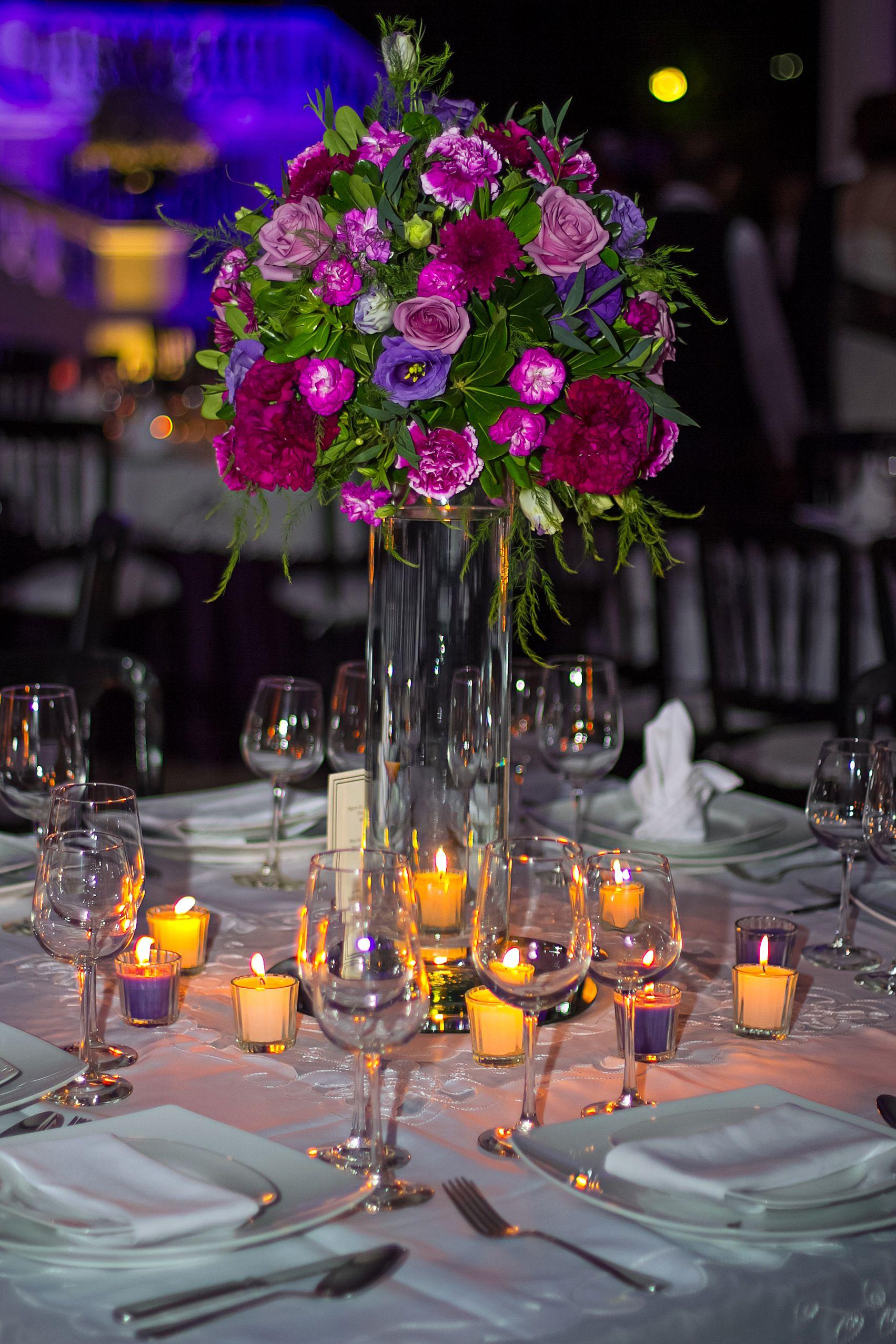 Centro de mesa boda flor morada cilindro de cristal en