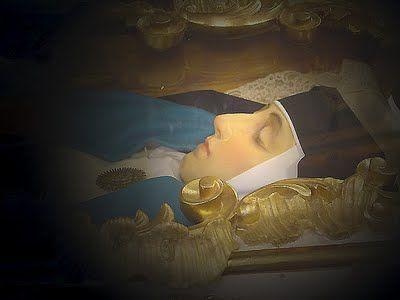 la Venerable María de Jesús, compañera de santa Teresa de Ávila, exuda un perfume descrito como aroma de rosas y jazmines.