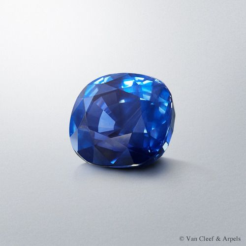 Central stone of Van Cleef & Arpels Riflesso Azzuro ring, Pierres de Caractère Variations collection  The 30.20-carat Sri Lankan cushion-cut sapphire of the Riflesso Azzurro ring.