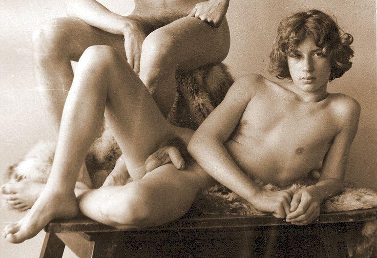 Einen rasierten posed erotic photos of hanging stunning