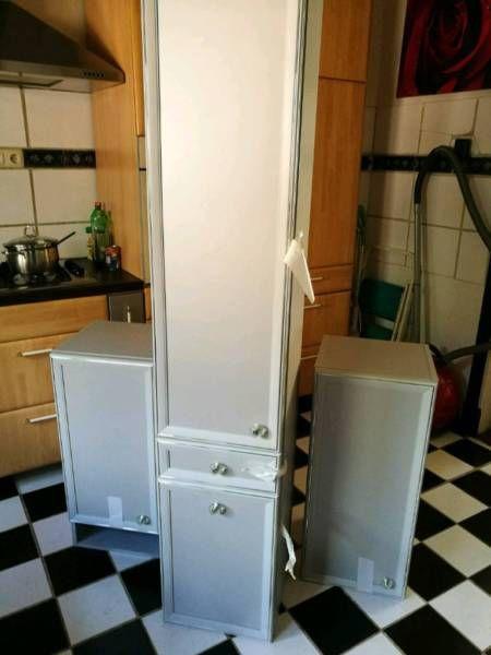 Biete 3 teilige BadezimmerSchränke mit passendem Bord an